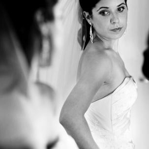 fotograf ślubny Kraków pani młoda przegląda się w lustrze i poprawia suknie ślubną