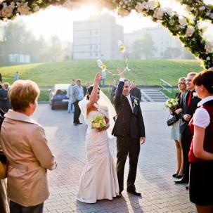 fotograf ślubny Kraków państwo młodzi rzucają kieliszki za siebie na rozpoczęcie wesela