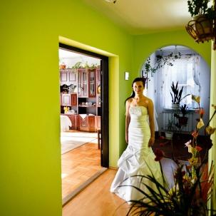 fotograf ślubny Kraków pani młoda gotowa po przygotowaniach do ślubu