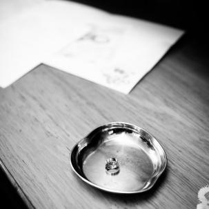 fotograf ślubny Kraków obrączki ślubne na tacy gotowe do święcenia