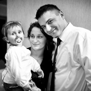 fotograf ślubny Kraków goście weselni razem z córeczką podczas zabawy