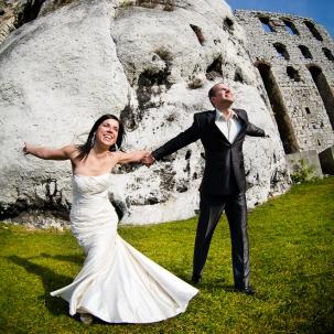 fotograf ślubny Kraków państwo młodzi podczas sesji plenerowej na starym zameczku