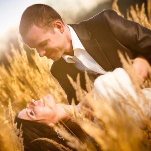 fotograf ślubny Kraków pan młody całuje młodą podczas zdjęcia na sesji plenerowej
