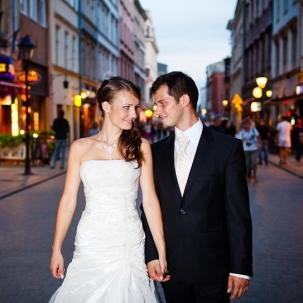 fotograf ślubny Kraków państwo młodzi spacerują centrum Starego Krakowa
