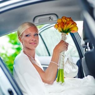 fotograf ślubny Kraków pani młoda wsiada do samochodu gotowa do ceremonii ślubu