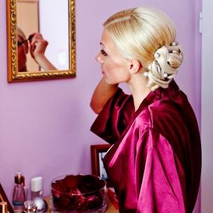 fotograf ślubny Kraków pani młoda przygotowywuje się przed lustrem