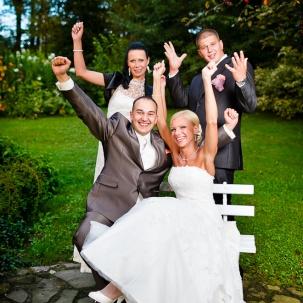 fotograf ślubny Kraków państwo młodzi wraz ze świadkami unoszą ręce do góry