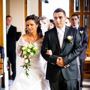 fotograf ślubny Kraków państwo młodzi wchodzą do kościoła w Wieliczce
