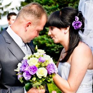 fotograf ślubny Kraków pani młoda przypina kwiaty przyszłemu mężowi