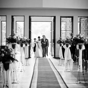 fotograf ślubny Kraków państwo młodzi wchodzą do kościoła w Łapanowie