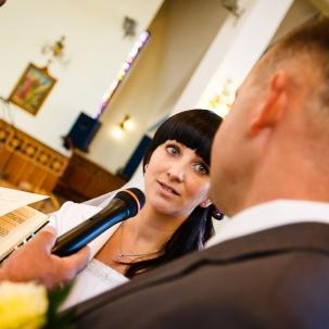 fotograf ślubny Kraków pani młoda ślubuje panu młodemu miłość i uczciwość