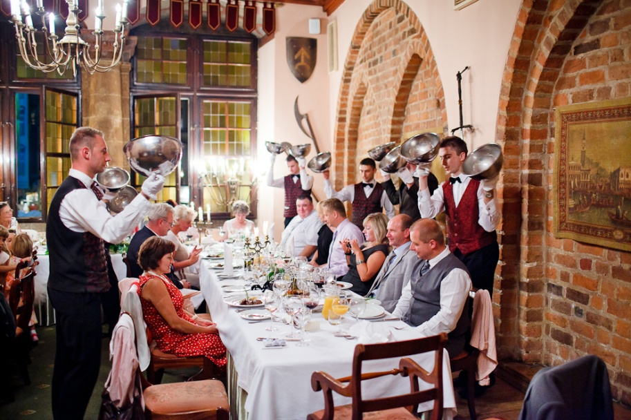 fotograf ślubny Kraków kelnerzy w restauracji wierzynek podają danie główne gościom weselnym