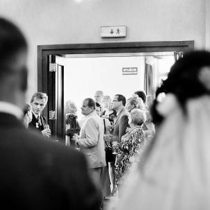 fotograf ślubny Kraków goście weselni składają życzenia państwu młodym