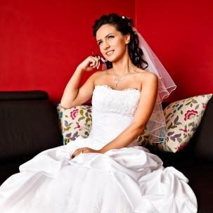 fotograf ślubny Kraków pani młoda odpoczywa po przygotowaniach