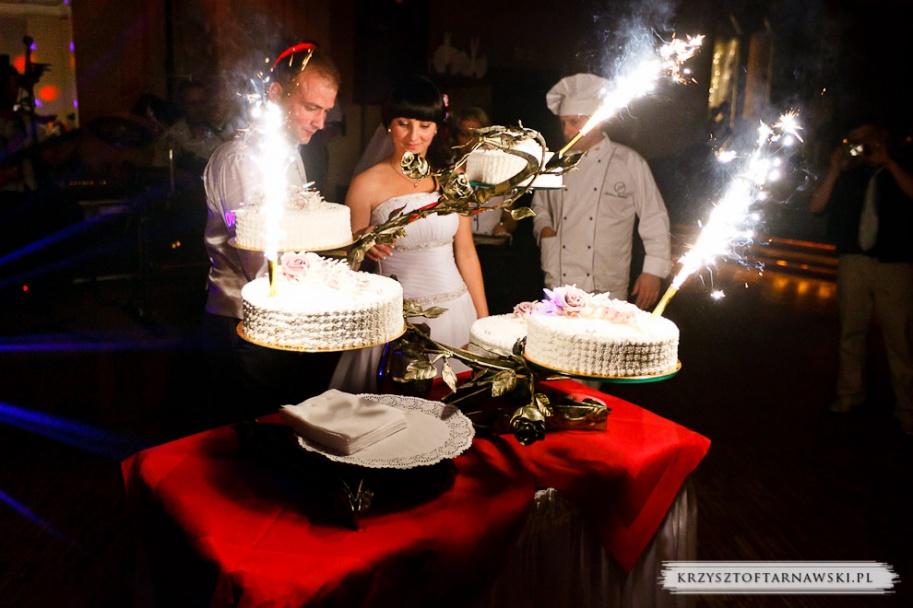 fotograf ślubny Kraków państwo młodzi kroją tort ślubny