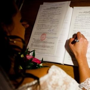 fotograf ślubny Kraków pani młoda podpisuje dokumenty ślubu konkordatowego